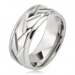 Prsteň striebornej farby z ocele, šikmé línie a vodorovné zárezy - Veľkosť: 57 mm