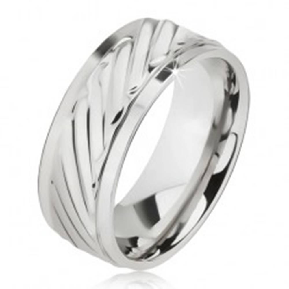 Šperky eshop Lesklý prsteň z ocele - obrúčka so šikmými ryhami, znížené okraje - Veľkosť: 57 mm