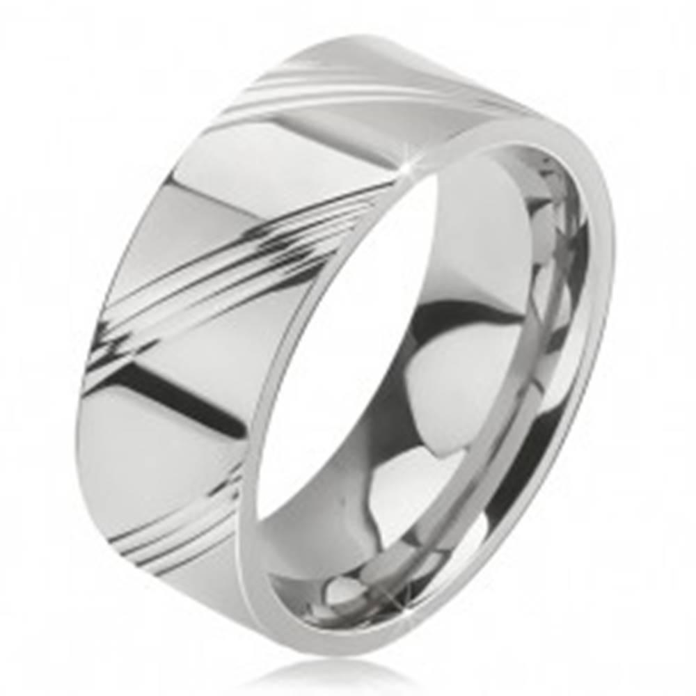Šperky eshop Prsteň z chirurgickej ocele - lesklá obrúčka, štyri šikmé ryhy v úsekoch - Veľkosť: 57 mm
