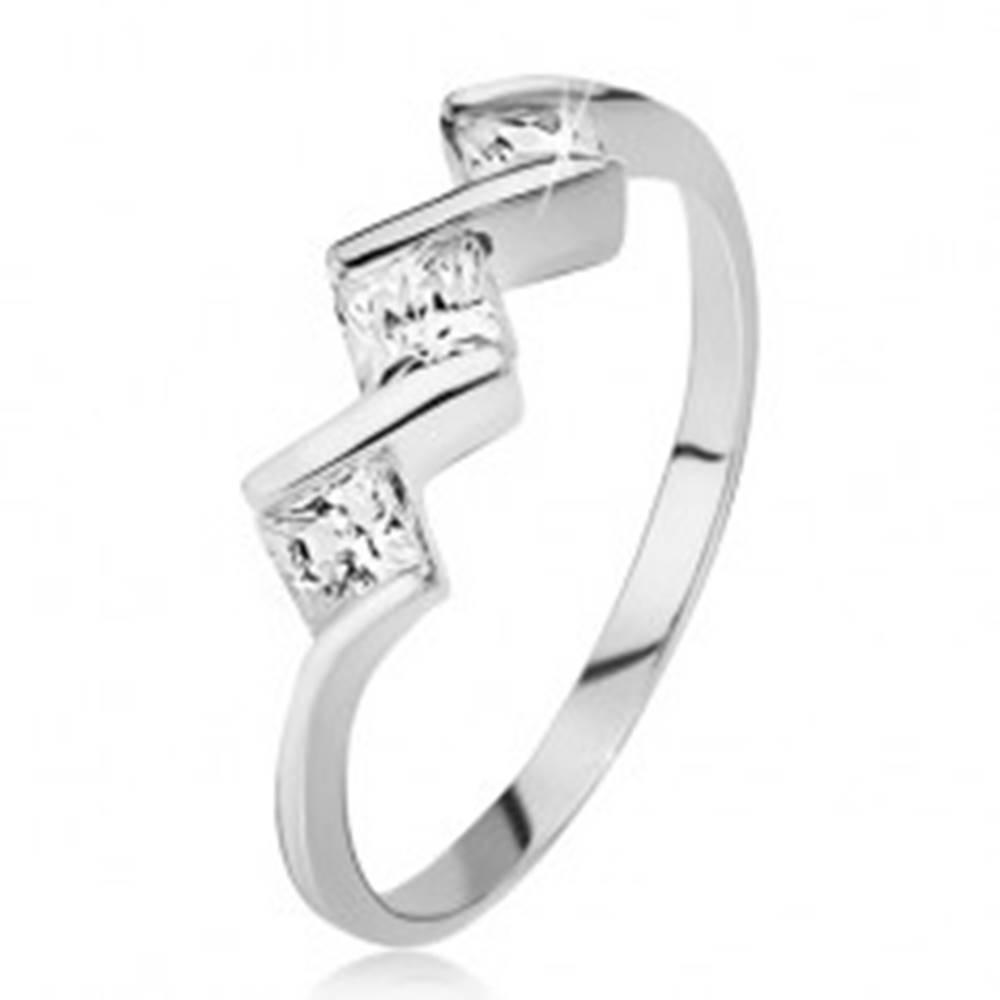 Šperky eshop Prsteň zo striebra 925 - tri číre štvorcové kamienky, lesklá cik-cak línia - Veľkosť: 49 mm