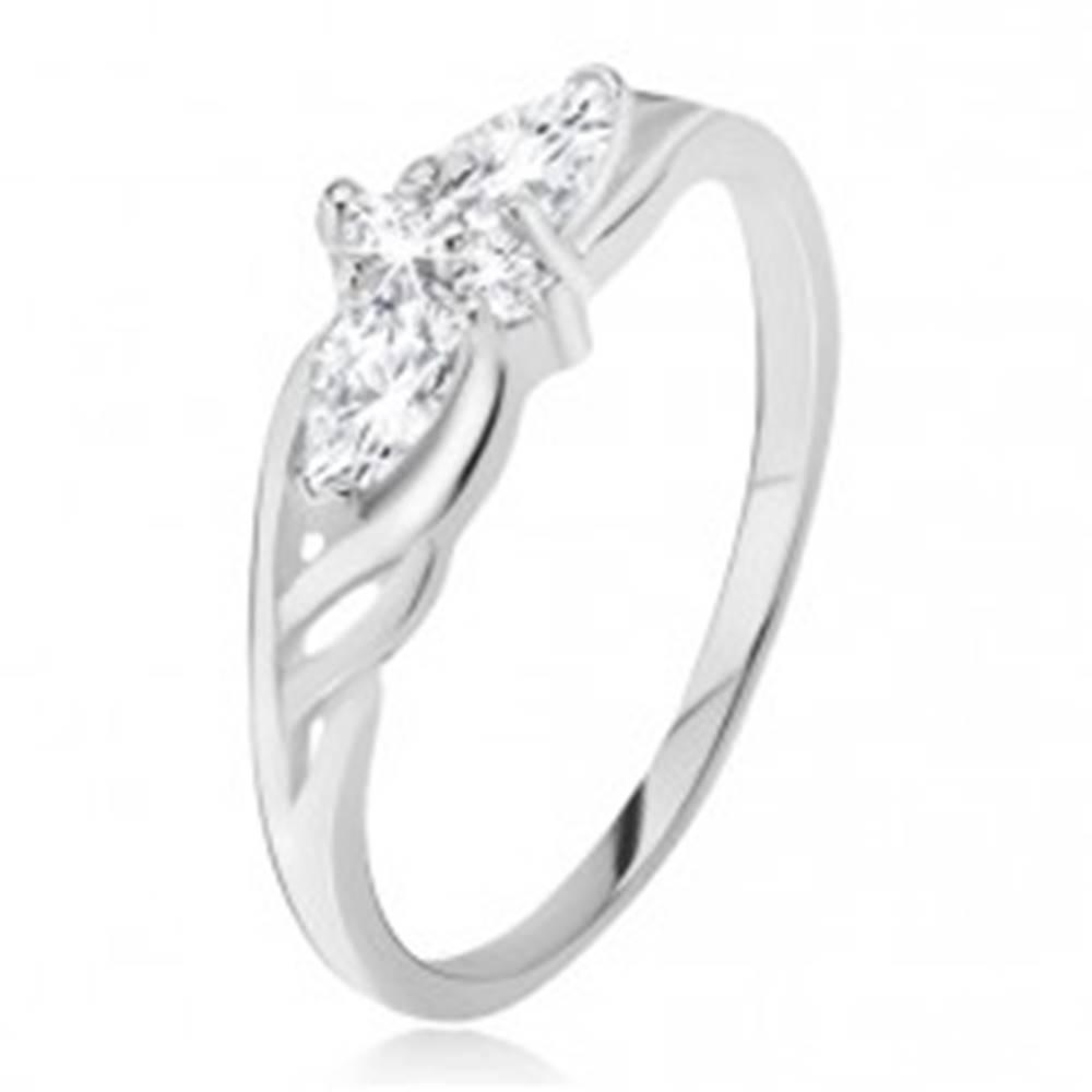 Šperky eshop Prsteň zo striebra 925 - slzičkové a okrúhle kamienky, výrezy v ramenách - Veľkosť: 49 mm