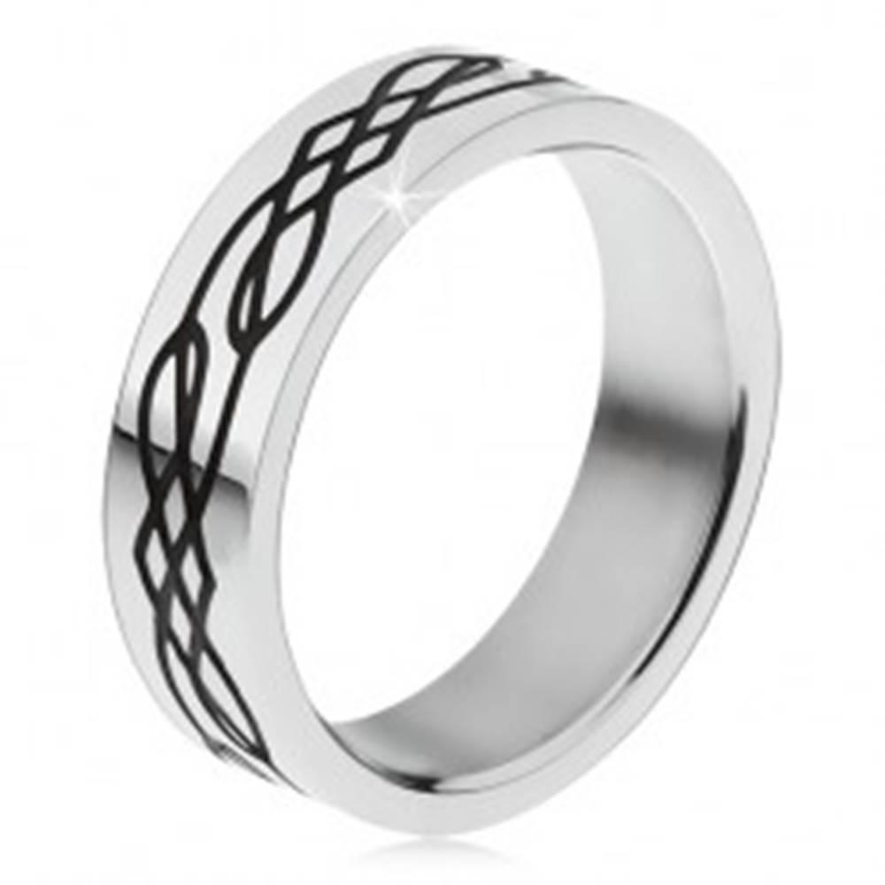 Šperky eshop Oceľový prsteň, rovný povrch, čierna zvlnená línia a kosoštvorce - Veľkosť: 51 mm