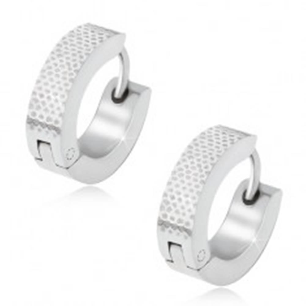 Šperky eshop Okrúhle oceľové náušnice, gravírovaný bodkovaný povrch