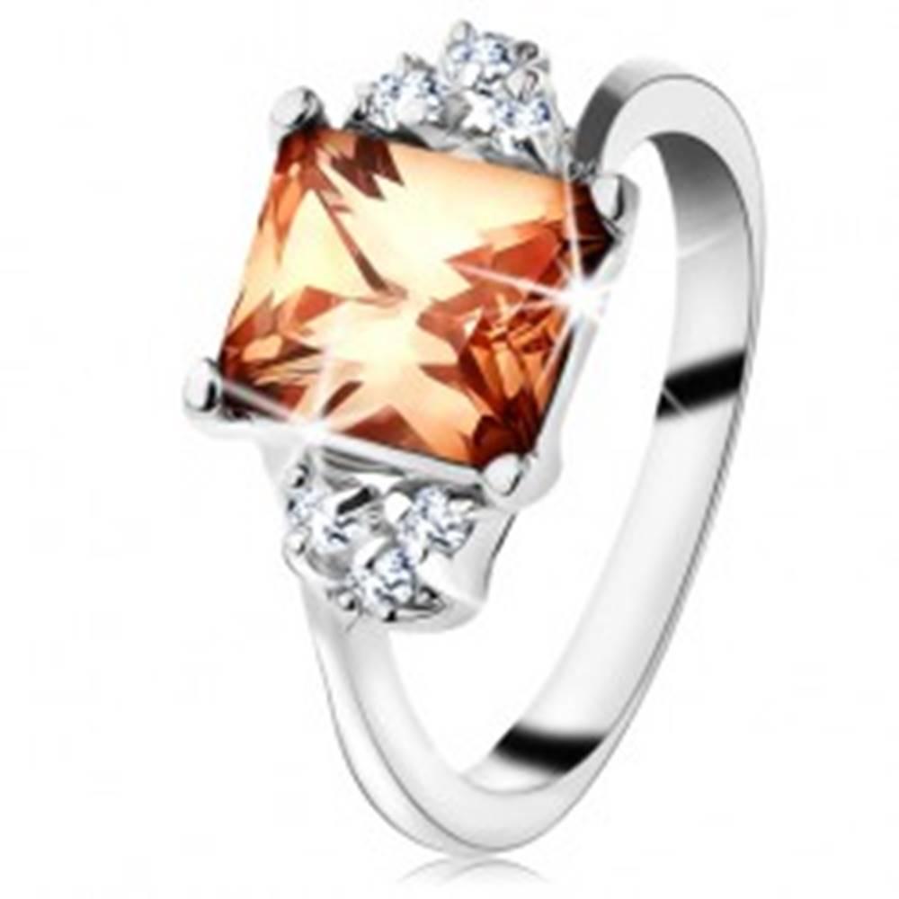 Šperky eshop Prsteň v striebornej farbe, obdĺžnikový oranžový zirkón, číre zirkóniky - Veľkosť: 48 mm
