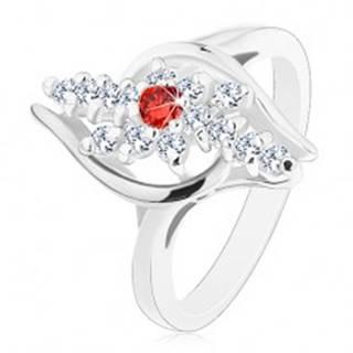 Prsteň striebornej farby, číre zirkónové línie, červený zirkónik v strede - Veľkosť: 54 mm