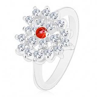 Prsteň v striebornom odtieni, číre zirkónové srdce s červeným stredom - Veľkosť: 52 mm