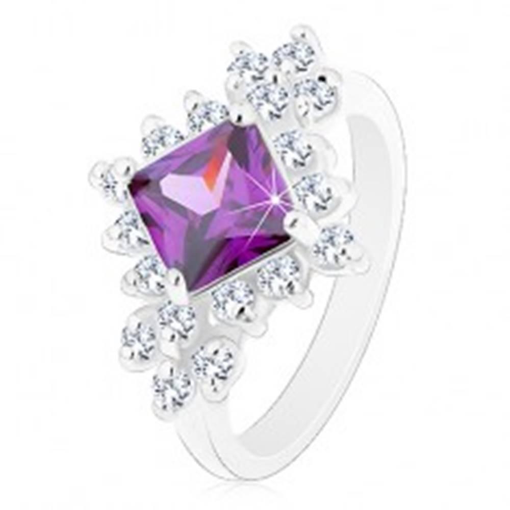 Šperky eshop Ligotavý prsteň, fialový štvorec lemovaný okrúhlymi čírymi zirkónmi - Veľkosť: 48 mm