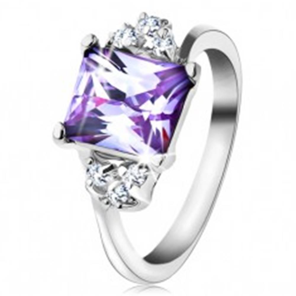 Šperky eshop Prsteň s lesklými ramenami a obdĺžnikovým zirkónom svetlofialovej farby - Veľkosť: 48 mm