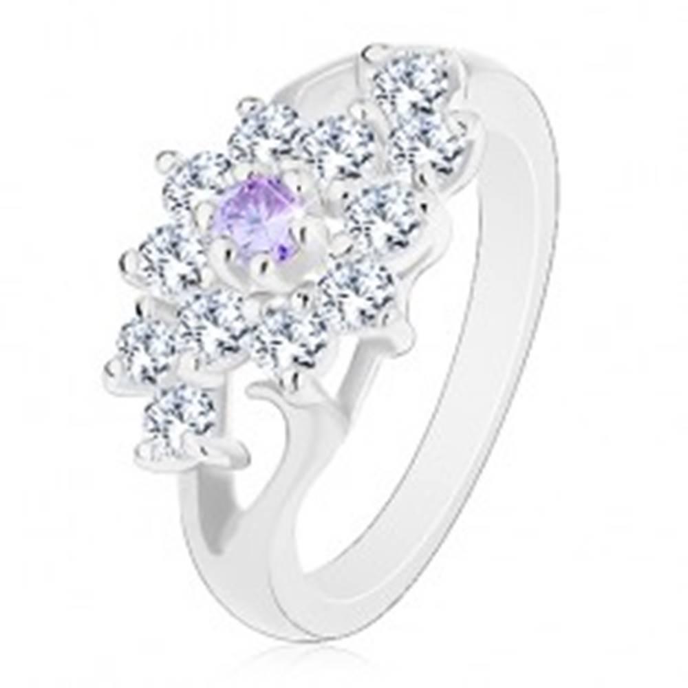 Šperky eshop Prsteň s lesklými rozdelenými ramenami, číry kvietok s fialovým stredom - Veľkosť: 49 mm