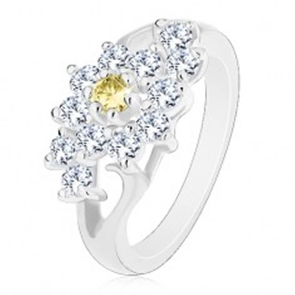 Šperky eshop Prsteň s lesklými rozdelenými ramenami, číry kvietok so žltým stredom - Veľkosť: 49 mm