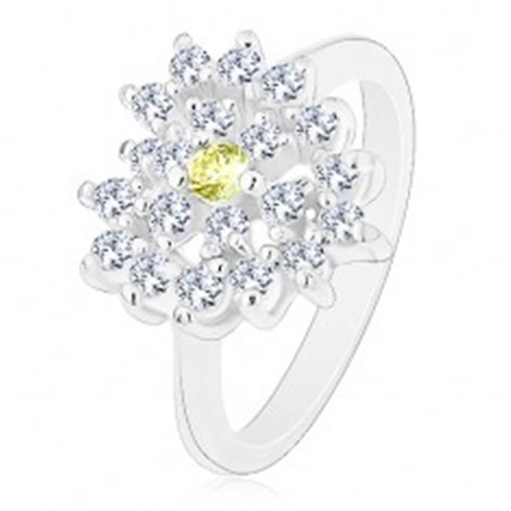 Šperky eshop Prsteň striebornej farby, ligotavé číre zirkónové srdce, svetlozelený stred - Veľkosť: 52 mm