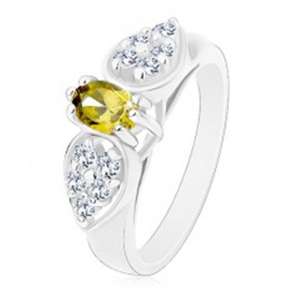 Šperky eshop Prsteň v striebornej farbe, ligotavá mašlička so zeleným oválom - Veľkosť: 51 mm