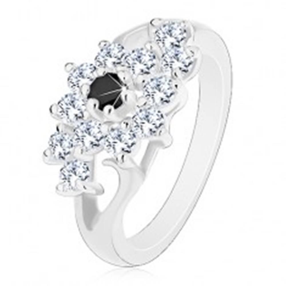 Šperky eshop Prsteň v striebornej farbe, rozdelené ramená, číry kvietok s čiernym stredom - Veľkosť: 49 mm