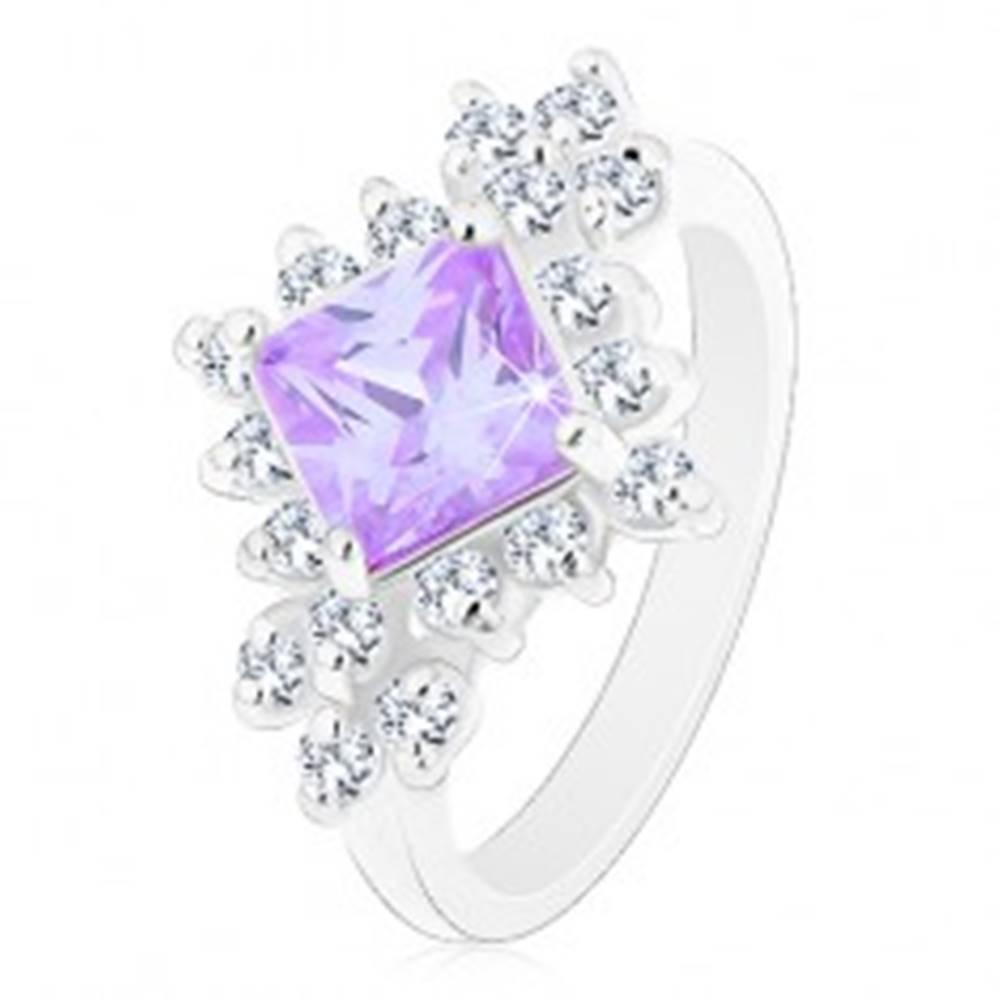 Šperky eshop Prsteň v striebornej farbe, svetlofialový štvorcový zirkón, okrúhle číre zirkóny - Veľkosť: 49 mm