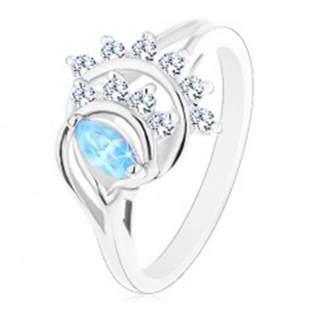 Šperky eshop Prsteň v striebornom odtieni, modré zrnko, oblúky z čírych zirkónov - Veľkosť: 50 mm