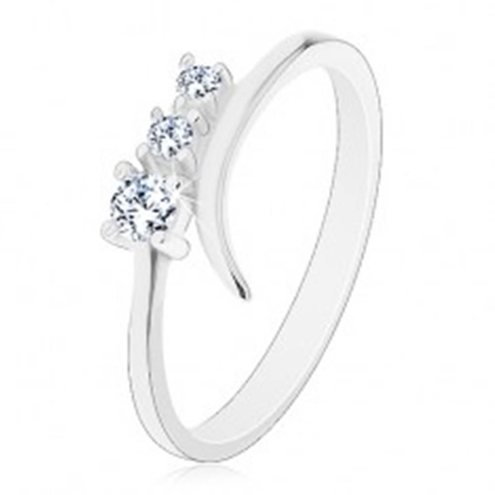 Šperky eshop Strieborný 925 prsteň so zahnutým ramenom a trojicou čírych zirkónov - Veľkosť: 47 mm
