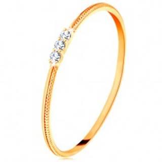 Prsteň zo žltého 14K zlata - tenké ramená s vrúbkami, tri číre zirkóniky - Veľkosť: 48 mm