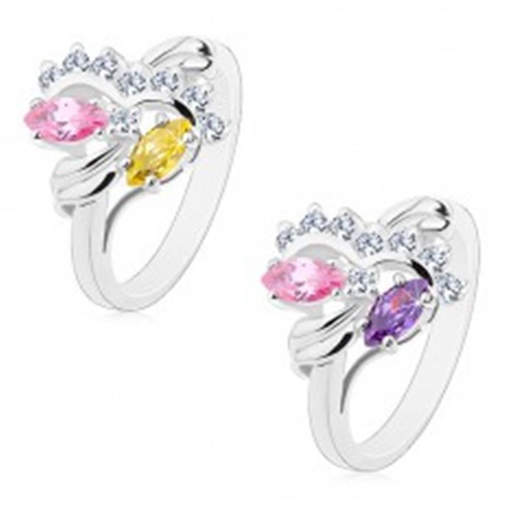 Šperky eshop Prsteň striebornej farby, dva farebné zrnkové zirkóny, číre oblúky - Veľkosť: 48 mm, Farba: Ružovo-fialová