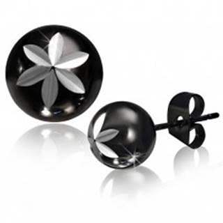 Oceľové puzetové náušnice, gulička čiernej farby, vygravírovaný kvet