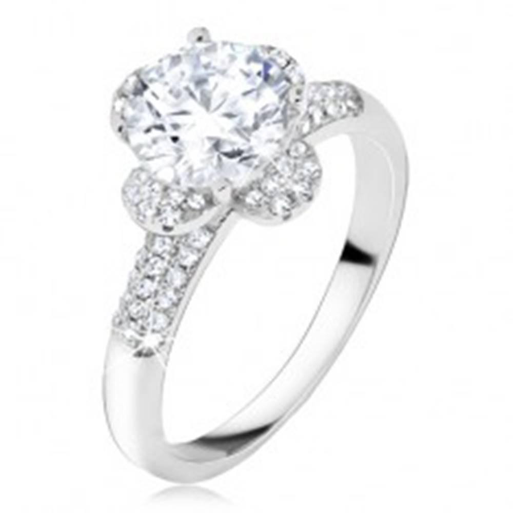 Šperky eshop Prsteň s čírym zirkónovým kvetom, kamienky v ramenách, striebro 925 - Veľkosť: 50 mm