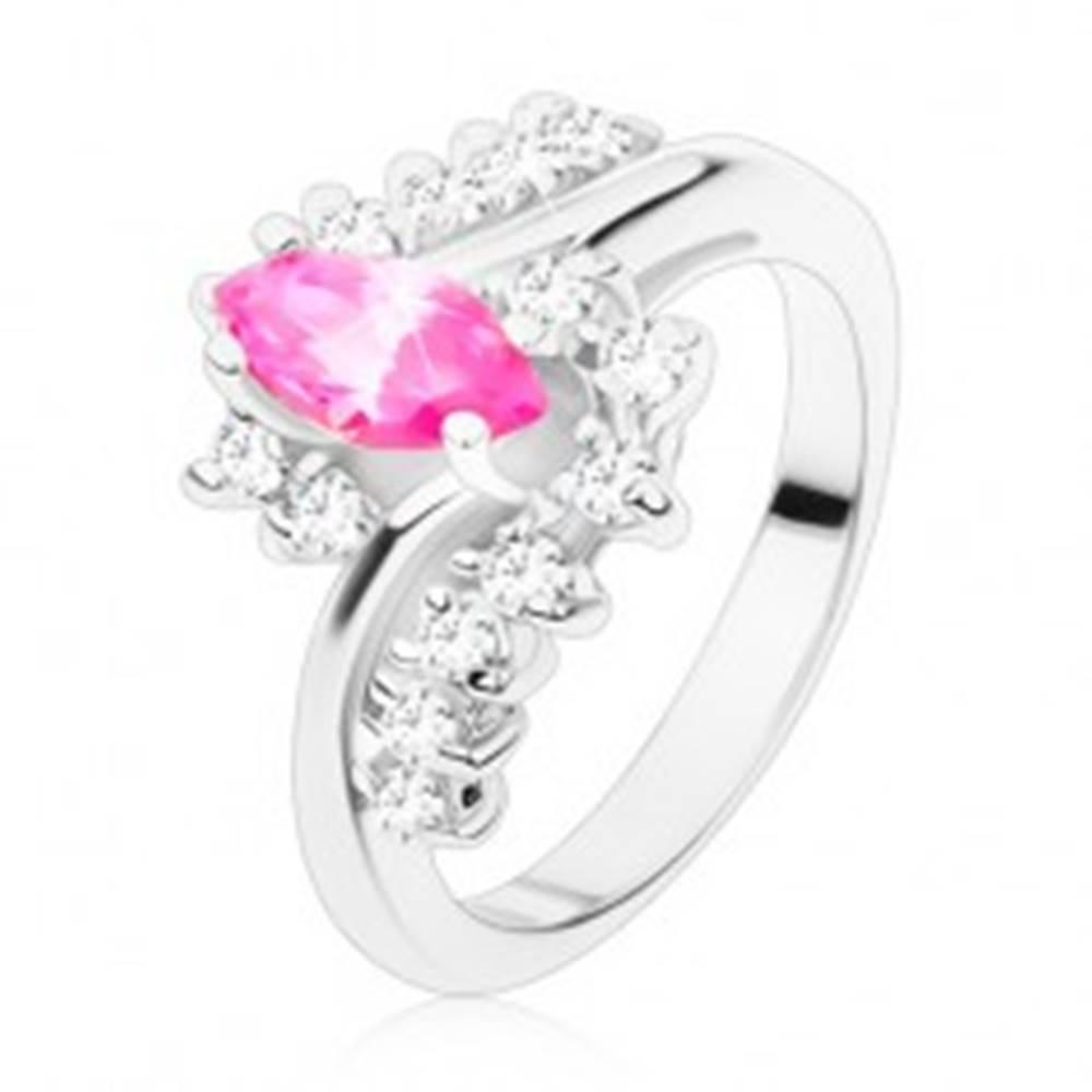 Šperky eshop Prsteň v striebornom odtieni s ružovým zrnkom a čírymi zirkónmi, zahnuté ramená - Veľkosť: 49 mm