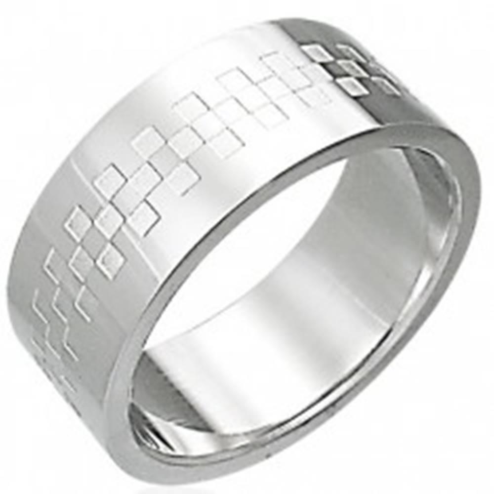 Šperky eshop Oceľový prsteň lesklý so vzorom v tvare šachovince - Veľkosť: 54 mm