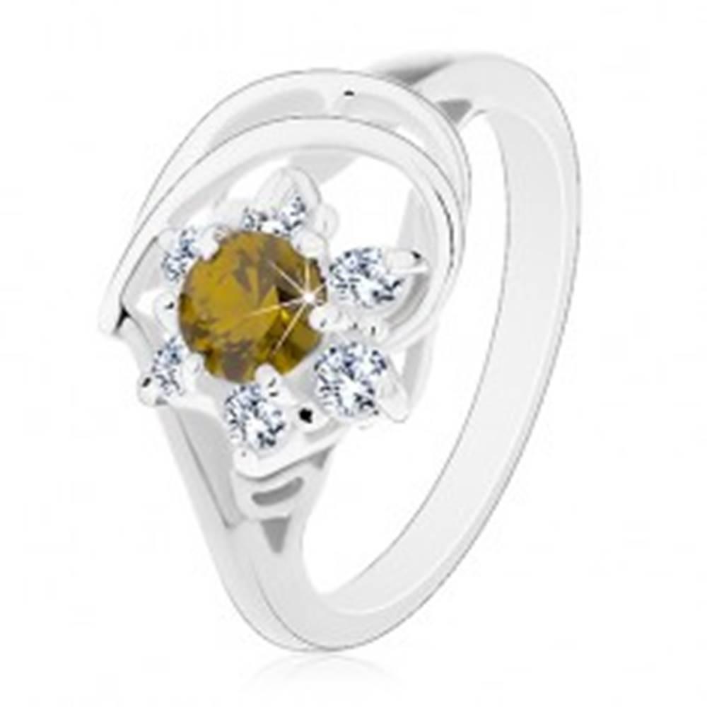 Šperky eshop Prsteň v striebornom odtieni, zirkónový kvet s olivovo zeleným stredom - Veľkosť: 49 mm