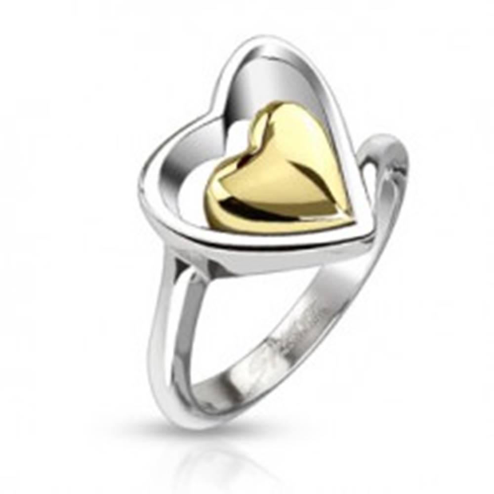 Šperky eshop Prsteň z chirurgickej ocele - kontúra srdca a srdce zlatej farby uprostred - Veľkosť: 49 mm