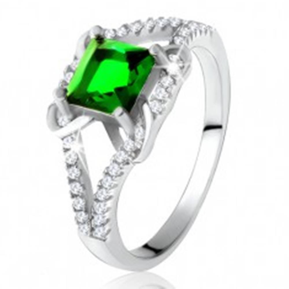 Šperky eshop Prsteň zo striebra 925, štvorcový zelený zirkón, rozdvojené ramená, X - Veľkosť: 49 mm