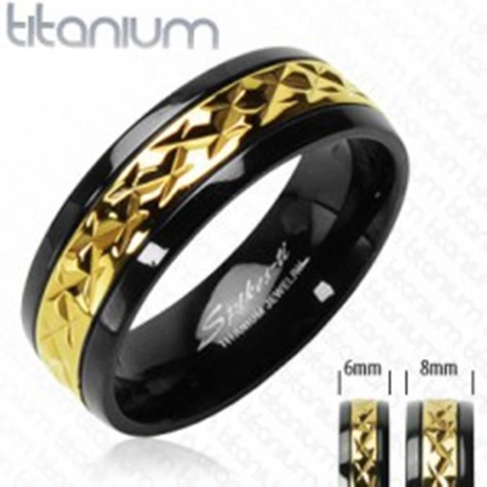 Šperky eshop Titánový prsteň čierny so vzorovaným pruhom zlatej farby - Veľkosť: 49 mm