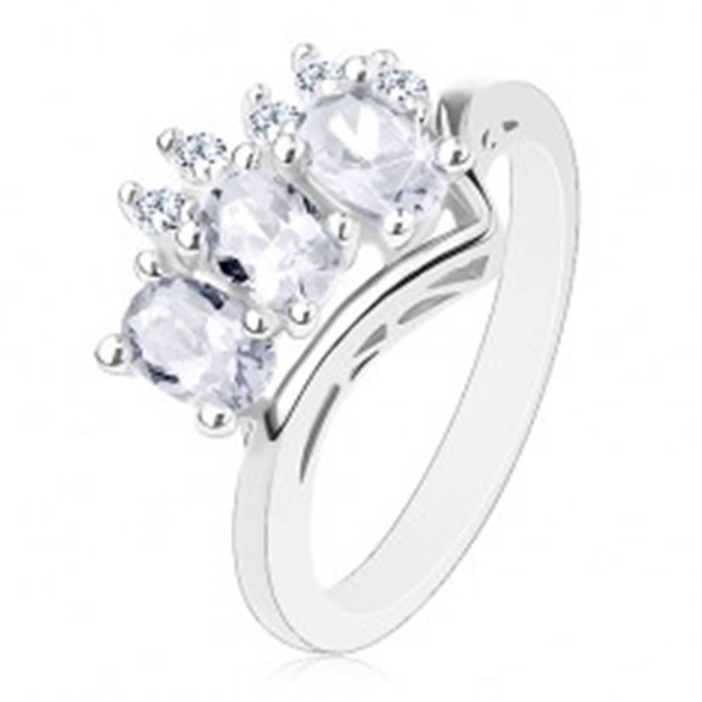 Šperky eshop Trblietavý prsteň v striebornej farbe, trojica čírych oválov a okrúhle zirkóniky - Veľkosť: 56 mm