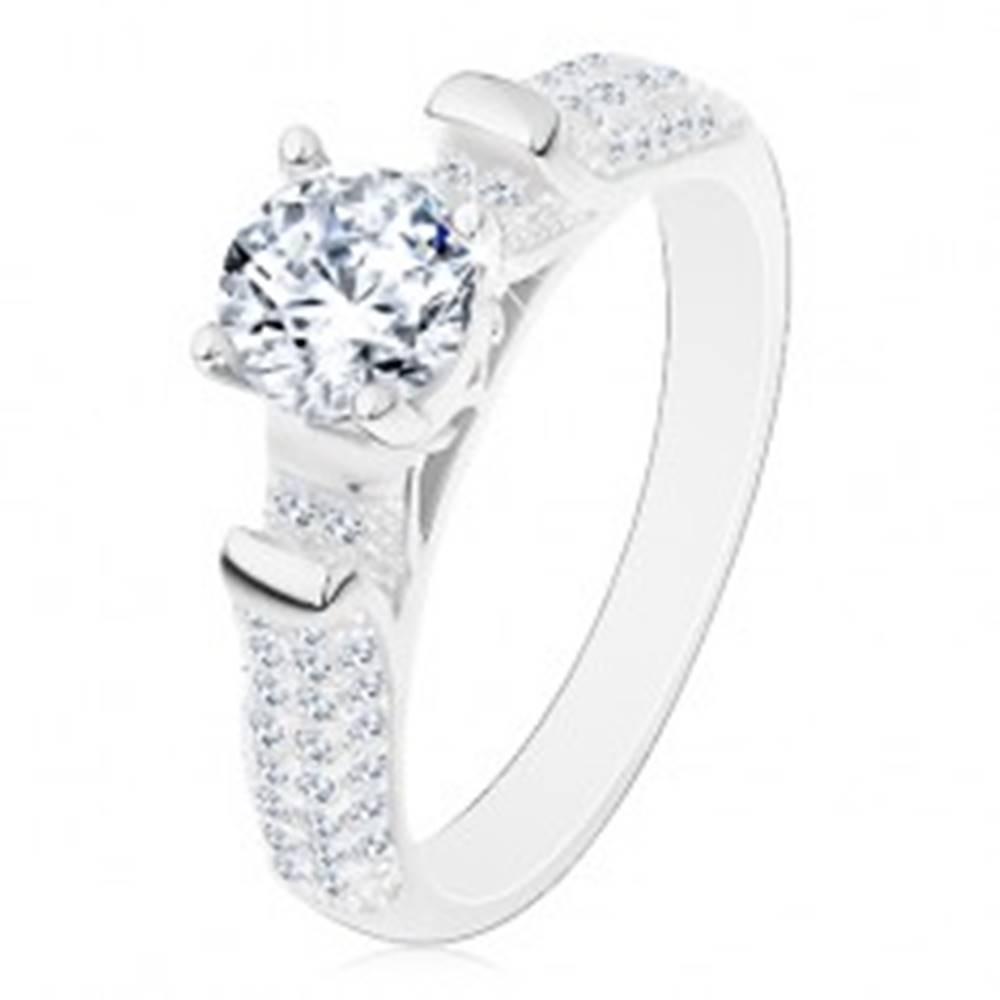 Šperky eshop Zásnubný prsteň, striebro 925, trblietavé ramená s výčnelkami, číry zirkón - Veľkosť: 49 mm