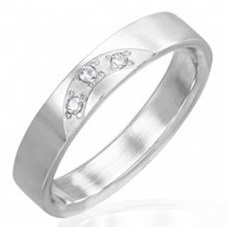 Lesklý prsteň z ocele - tri vsadené číre zirkóny - Veľkosť: 51 mm