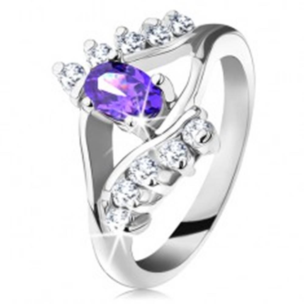 Šperky eshop Lesklý prsteň v striebornom odtieni s fialovým oválnym zirkónom, číra línia - Veľkosť: 49 mm