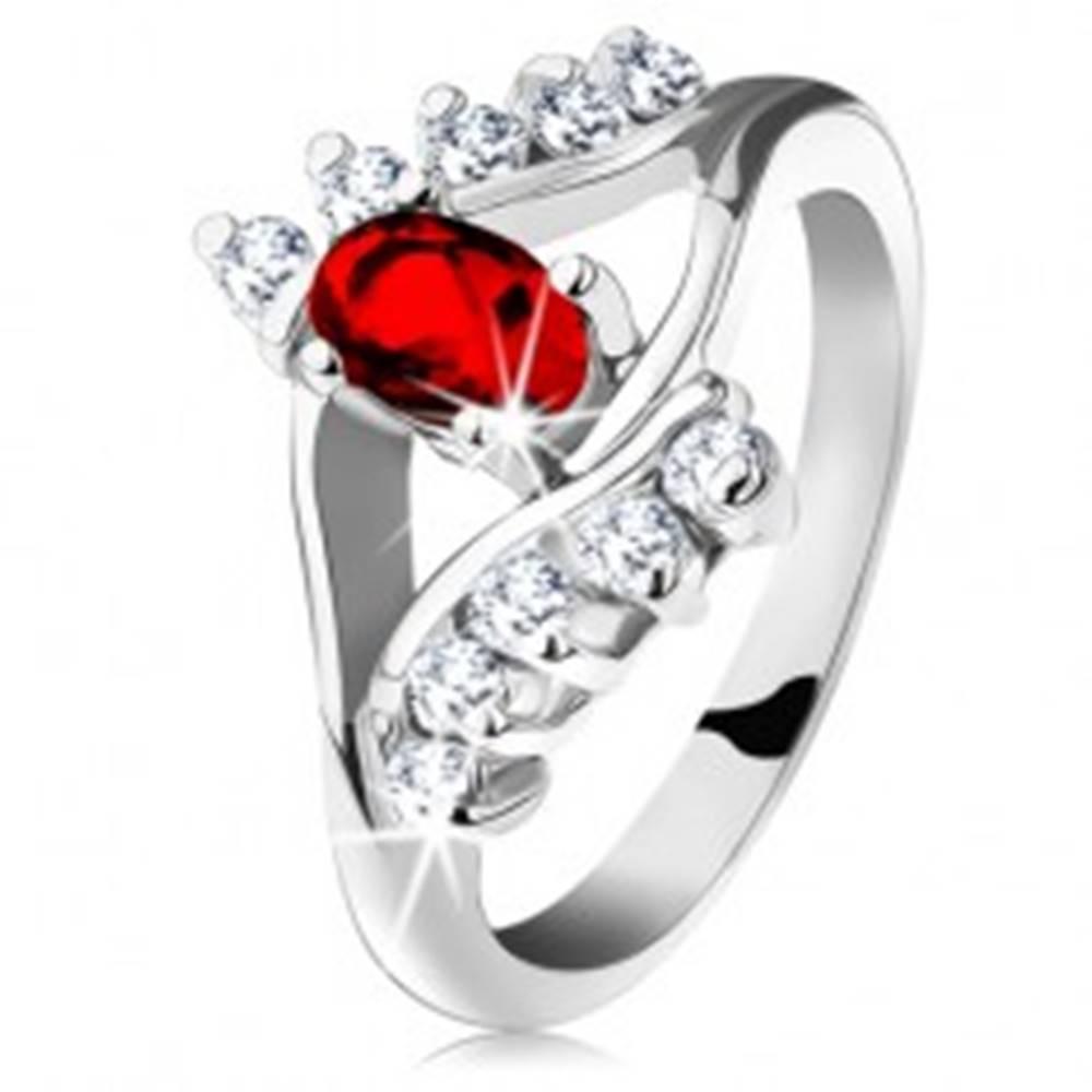 Šperky eshop Ligotavý prsteň so strieborným odtieňom, červený brúsený ovál, číre zirkóniky - Veľkosť: 48 mm