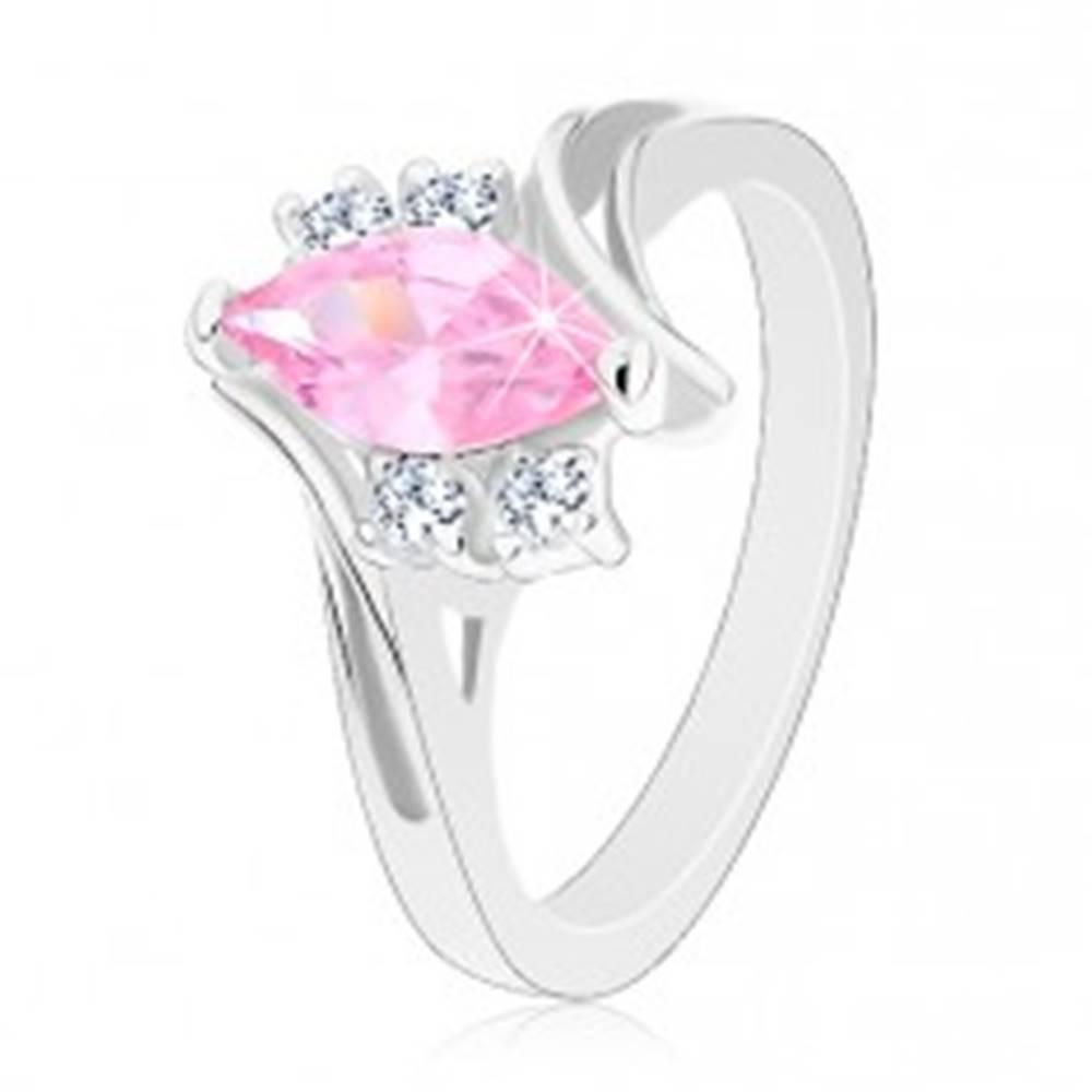 Šperky eshop Ligotavý prsteň so zárezom na ramenách, zirkóny v ružovej a čírej farbe - Veľkosť: 49 mm