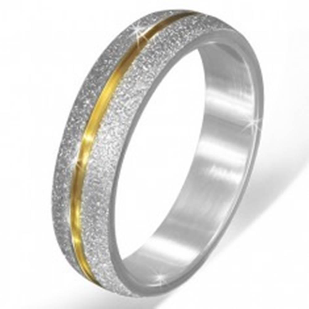 Šperky eshop Pieskovaná obrúčka striebornej farby z ocele, zárez zlatej farby - Veľkosť: 55 mm