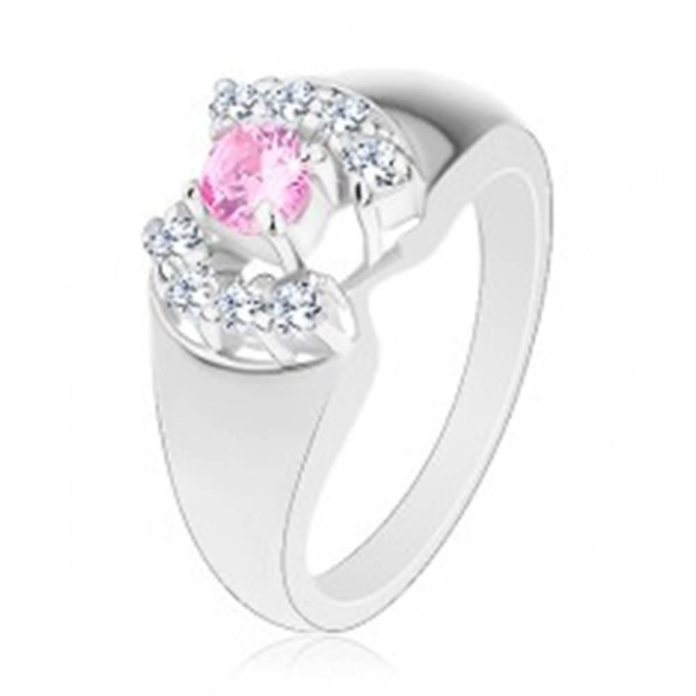 Šperky eshop Prsteň so zaoblenými ramenami, okrúhly zirkón v ružovej farbe, číre oblúčiky - Veľkosť: 52 mm