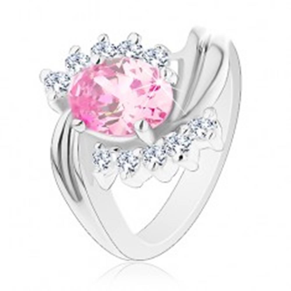 Šperky eshop Prsteň striebornej farby, zvlnené línie ramien, ružový brúsený ovál, číre zirkóniky - Veľkosť: 48 mm