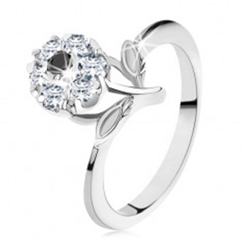Šperky eshop Prsteň v striebornej farbe, kvietok z čiernych a čírych zirkónov, lesklé lístočky - Veľkosť: 54 mm