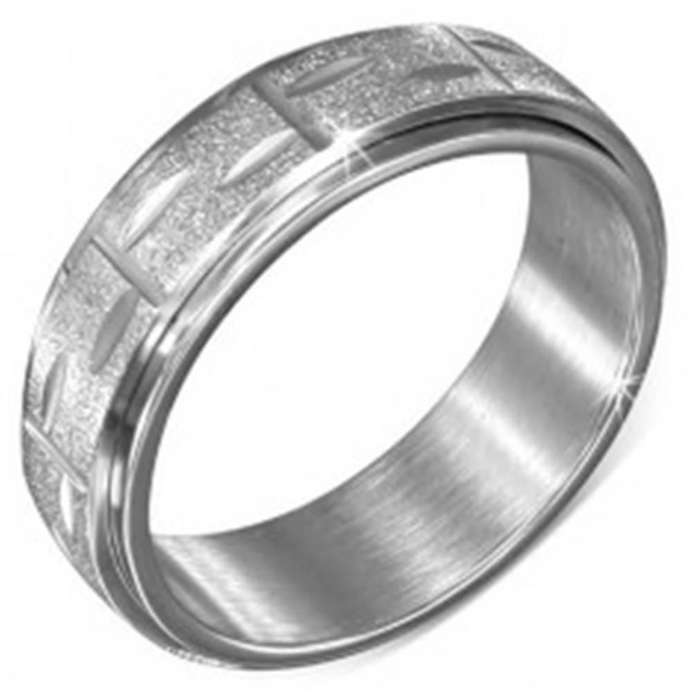 Šperky eshop Prsteň z ocele striebornej farby - točiaca sa pieskovaná obruč s ryhami - Veľkosť: 54 mm