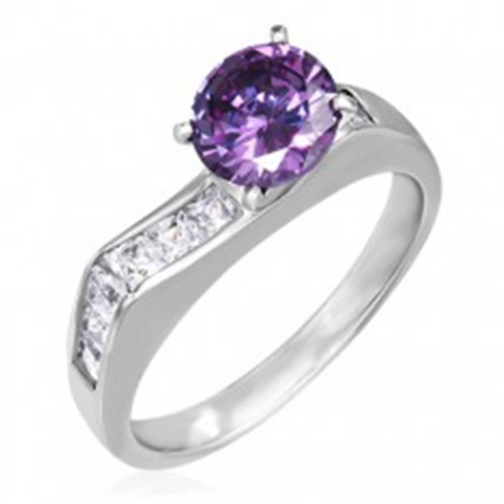 Šperky eshop Prsteň z ocele - výrazný fialový zirkón, štvorcové číre zirkóny - Veľkosť: 49 mm