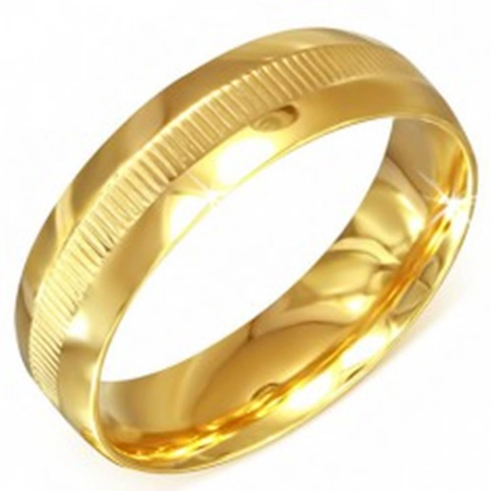 Šperky eshop Prsteň zlatej farby z chirurgickej ocele s vrúbkovaným pásom - Veľkosť: 55 mm