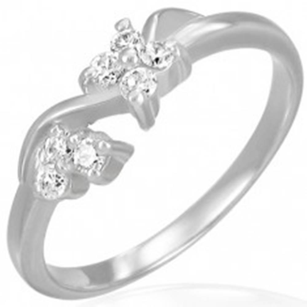 Šperky eshop Zásnubný oceľový prsteň - číre zirkónové kvietky na vlnke - Veľkosť: 49 mm