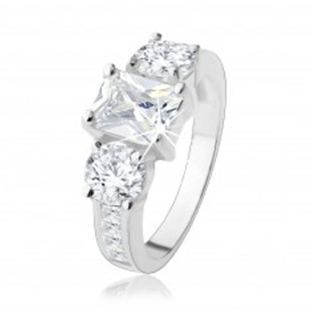 Šperky eshop Zásnubný prsteň zo striebra 925, tri veľké zirkóny čírej farby, zdobené ramená - Veľkosť: 48 mm