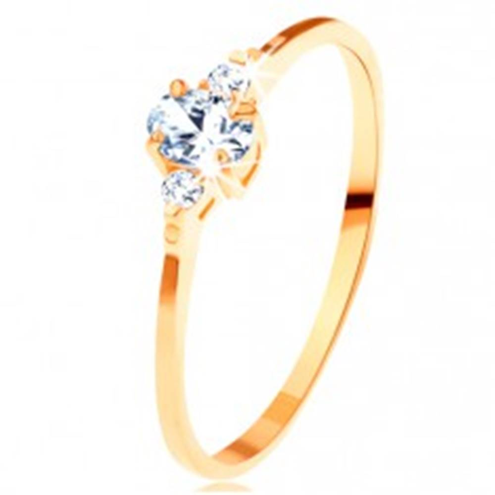 Šperky eshop Zlatý prsteň 585 - číry oválny zirkón, malé zirkóniky po stranách - Veľkosť: 49 mm