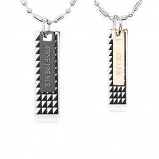 Dva oceľové náhrdelníky, známky s čiernymi trojuholníkmi a nápismi