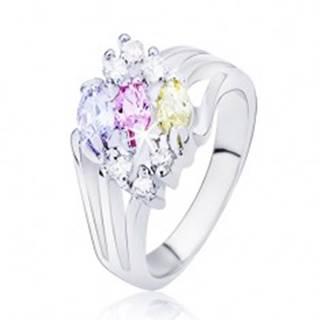 Lesklý prsteň striebornej farby, rozvetvené ramená s farebnými oválnymi zirkónmi - Veľkosť: 50 mm
