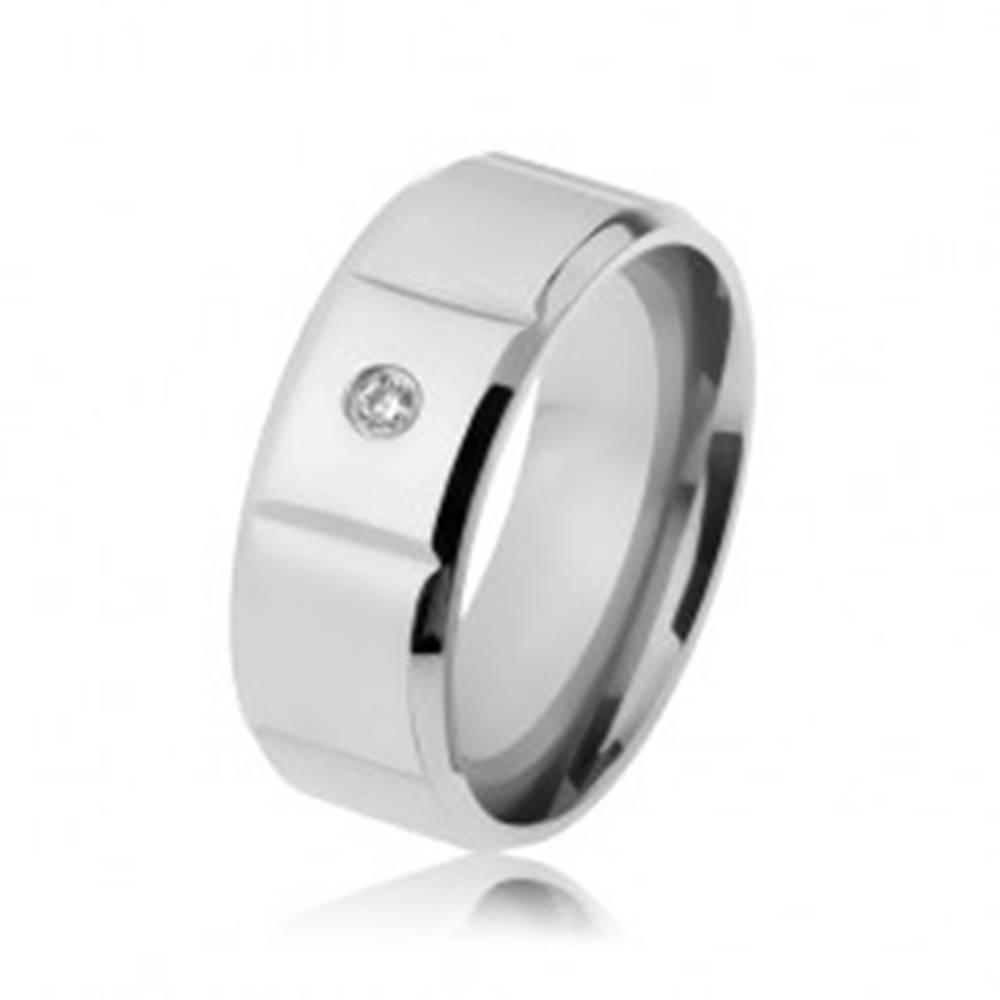 Šperky eshop Hladká oceľová obrúčka striebornej farby, zirkón, zvislé zárezy, zbrúsené okraje - Veľkosť: 57 mm