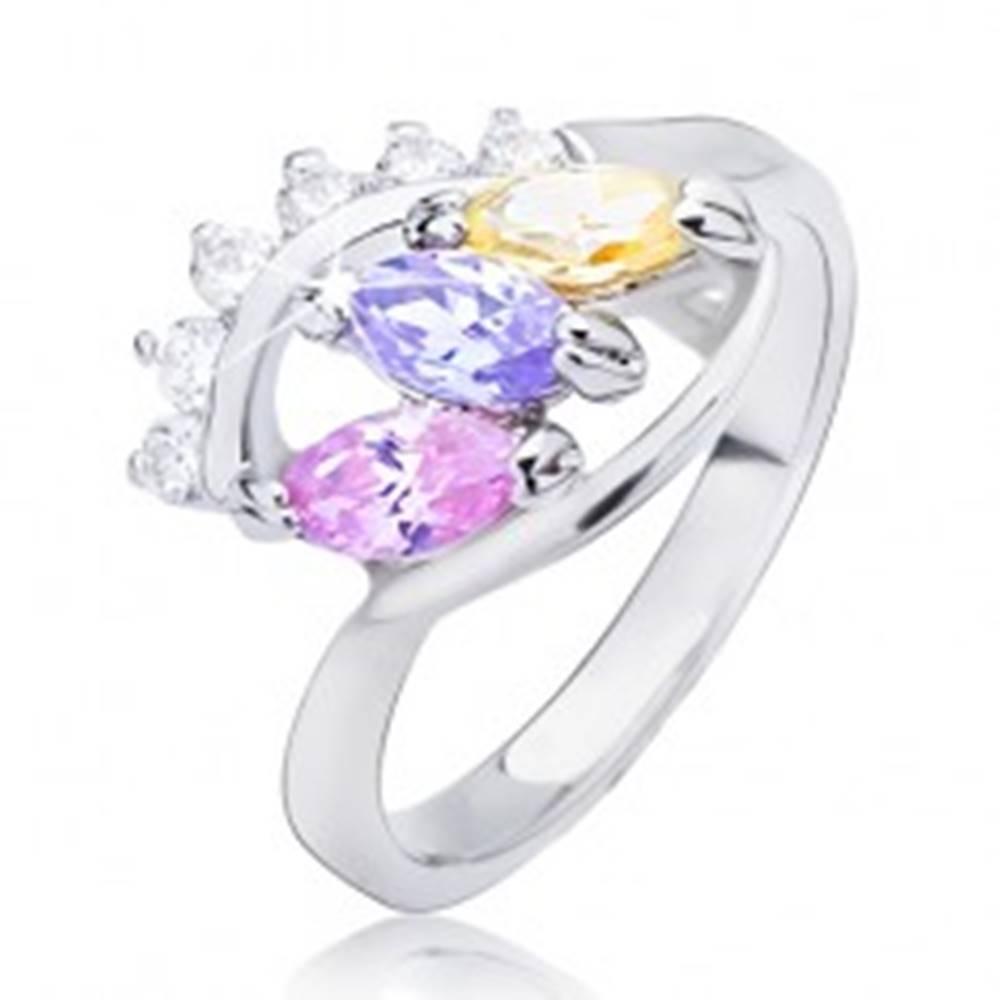 Šperky eshop Lesklý prsteň striebornej farby - elipsa s farebnými zirkónmi - Veľkosť: 49 mm